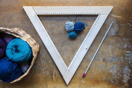 Opi kutomaan kolmionmuotoisella kudontakehyksellä